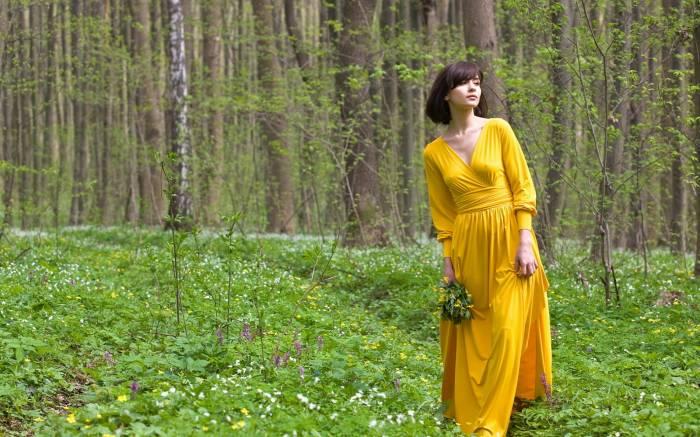 фото девушка в лесу летом